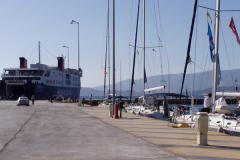 Außen die Fähren, innen die Yachten