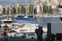 Einige Charteryachten zwischen den Motorbooten