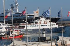 Eine Megayacht im Außenhafen