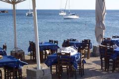 In der Taverne am Strand sind die Tische bereits gedeckt