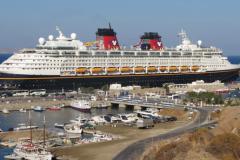 Ein Kreuzfahrtschiff bringt viele Touristen in die malerische Stadt
