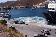 Das Schraubenwasser der Fähre ist für Yachten am Kai gefährlich