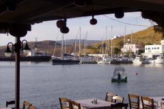 Eine Taverne beim Strand am Scheitel der Hafenbucht