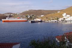 ... links die Fähren und Frachter, rechts die Yachten