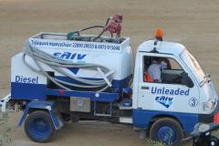 Der kleine Tankwagen bringt Diesel