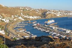 Der Hafen aus dem Westen. Im Hintergrund die Stadt.