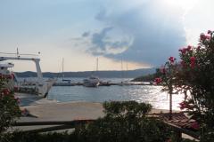 Die Fähren vom Festland machen am Kai im Hafen fest