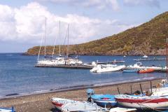 Der Steg für Yachten mit Mooringleinen, Wasser und Strom