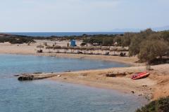 Die Badegäste kommen mit Autos / Mofas zum Strand